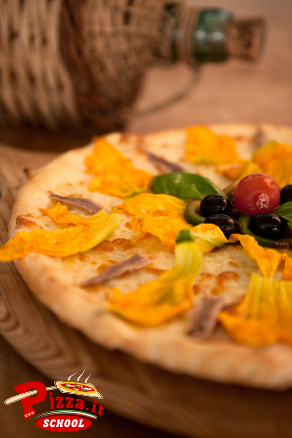 Pizza con bufala,fiori di zucca,alici, e colata di alici di Cetara - Pizza.it School